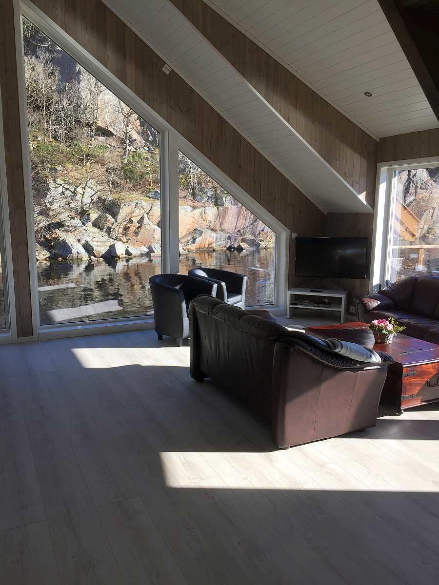 Blick auf die Sitzecke mit  Sat-TV im Wohnbereich