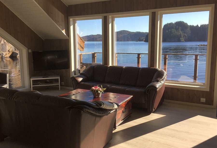 Vom Wohnbereich aus hat man in verschiedene Richtungen einen direkten Blick auf den Fjord
