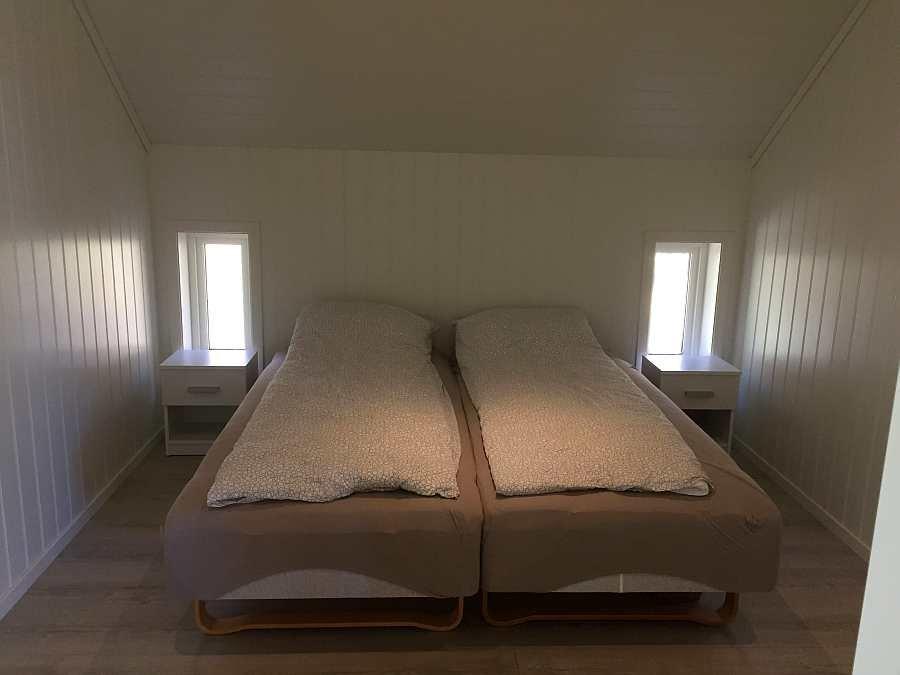 Das erste Schlafzimmer mit zwei Einzelbetten - hier zum Doppelbett zusammengestellt - der Ausbau ist fast abgeschlossen, nur noch Kleinigkeiten wie Beleuchtung fehlen (Stand Februar 2019)