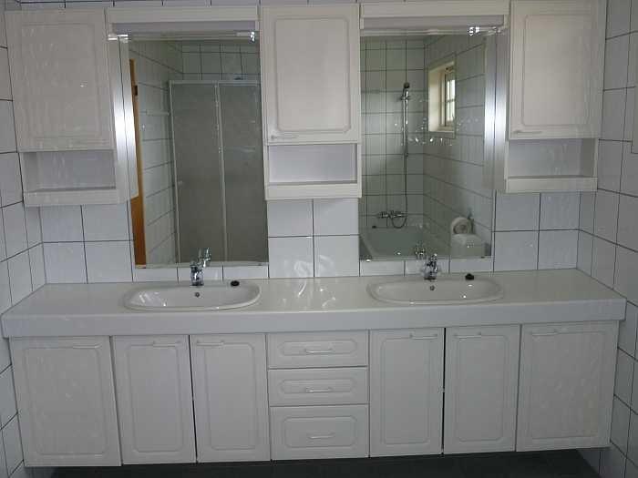 Doppelwaschbecken im Badezimmer. Außerdem vorhanden: WC, Dusche, Badewanne, Fußbodenheizung