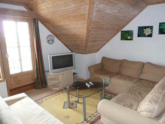 Wohnbereich mit Sitzecke und Sat-TV mit DVD-Player und Stereoanlage mit CD-Player und Radio
