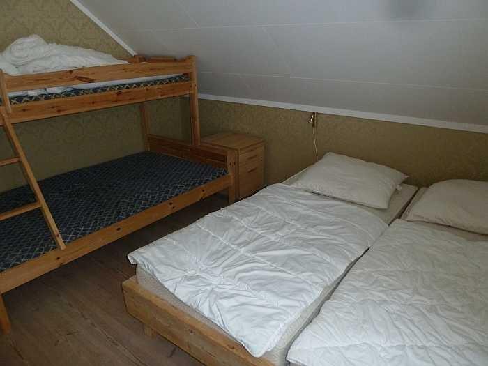 In einem der Schlafzimmer steht ein Doppelbett und ein Etagenbett zur Verfügung