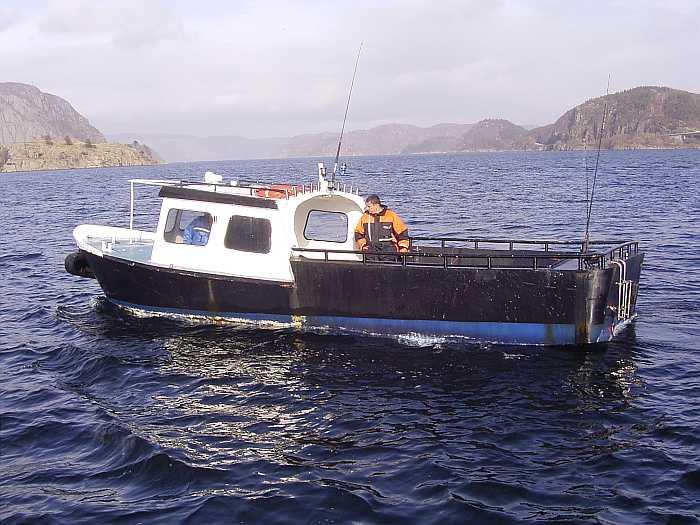 Stahl-Dieselboot 27 Fuß mit 74 PS Innenbordmotor. Ein Echolot und ein GPS/Kartenplotter sind an Bord
