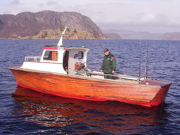 Holz-Dieselboot 26 Fuß mit 35 PS Innenbordmotor. Ein Farbecholot und ein GPS/Kartenplotter sind an Bord