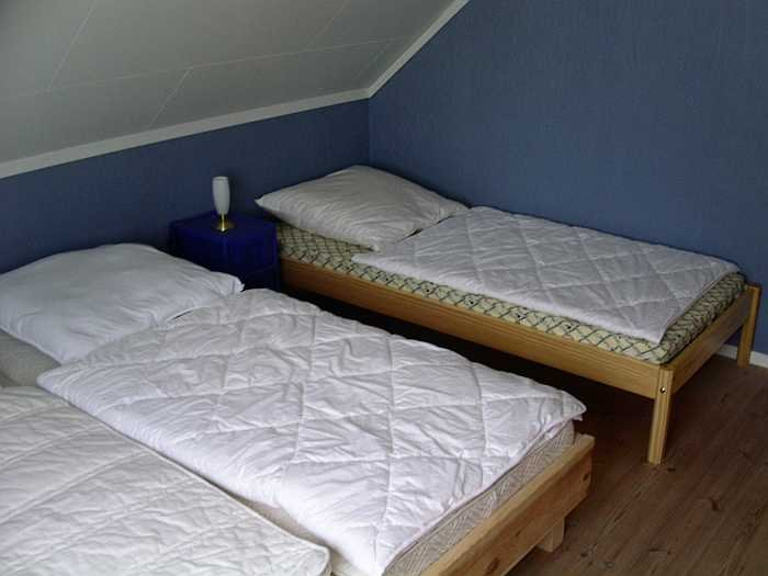 Eines der Schlafzimmer mit Doppelbett und Einzelbett