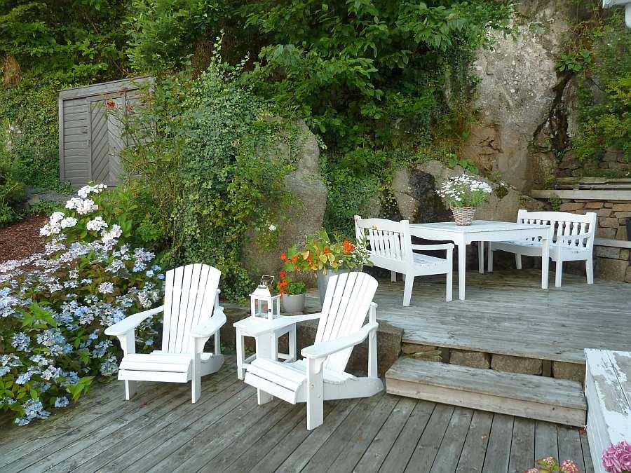 Ein weiterer Terrassenbereich mit weiteren Sitzgelegenheiten