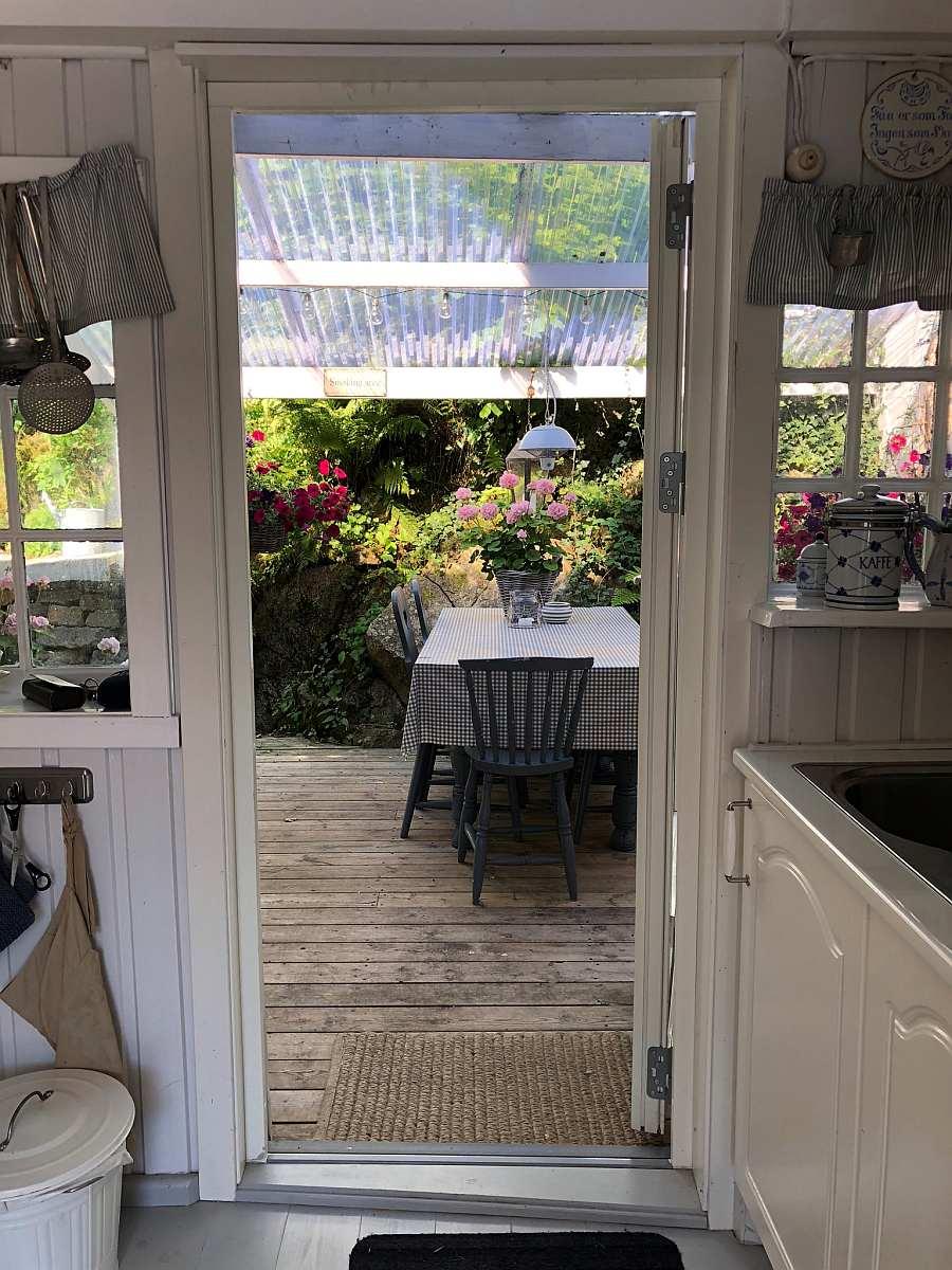 Blick aus der Küche im Haus   hinaus zur zusätzlichen Außenküche