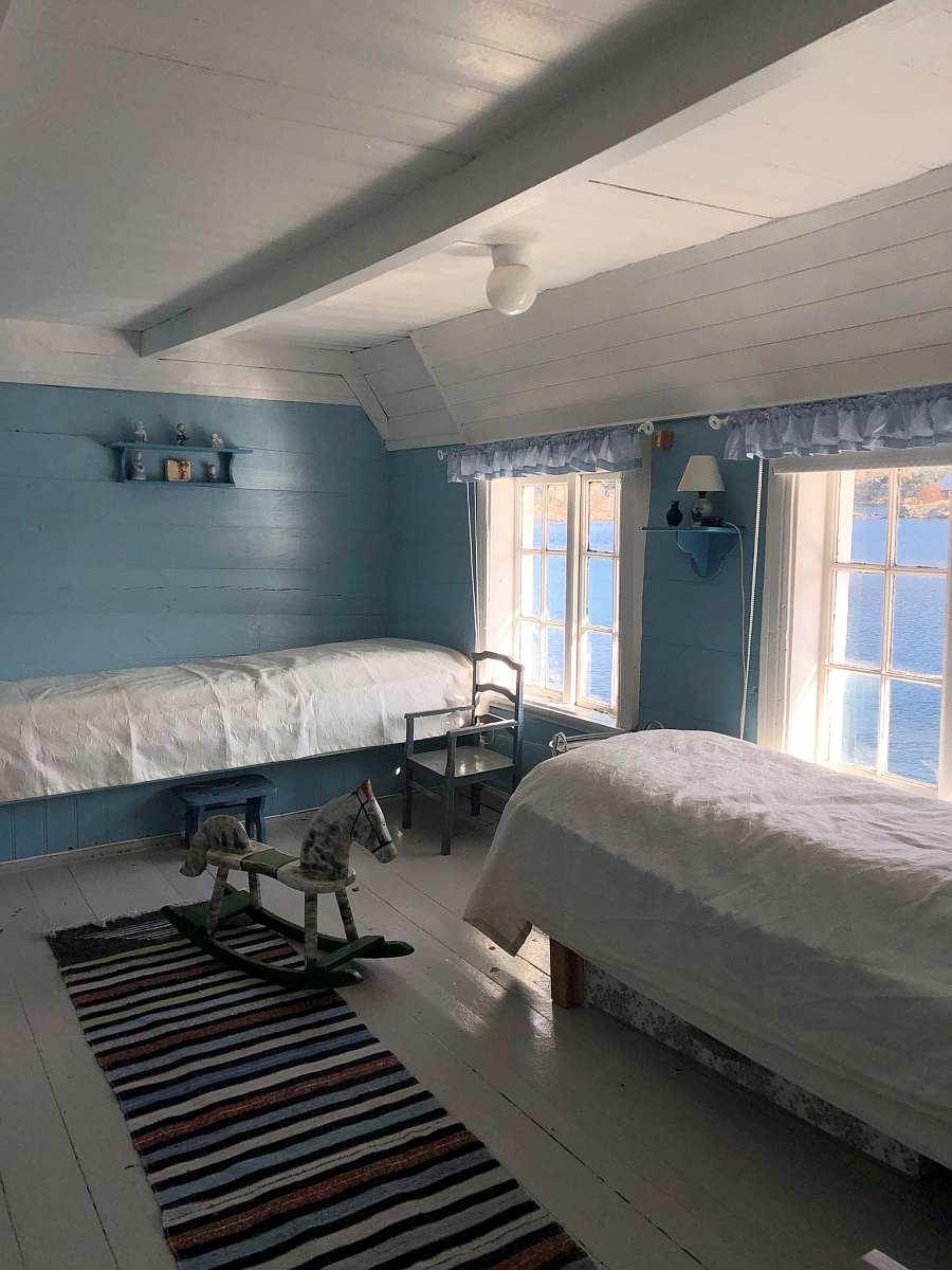 Das >blaue< Schlafzimmer mit 2 Einzelbetten und einem Doppelbett