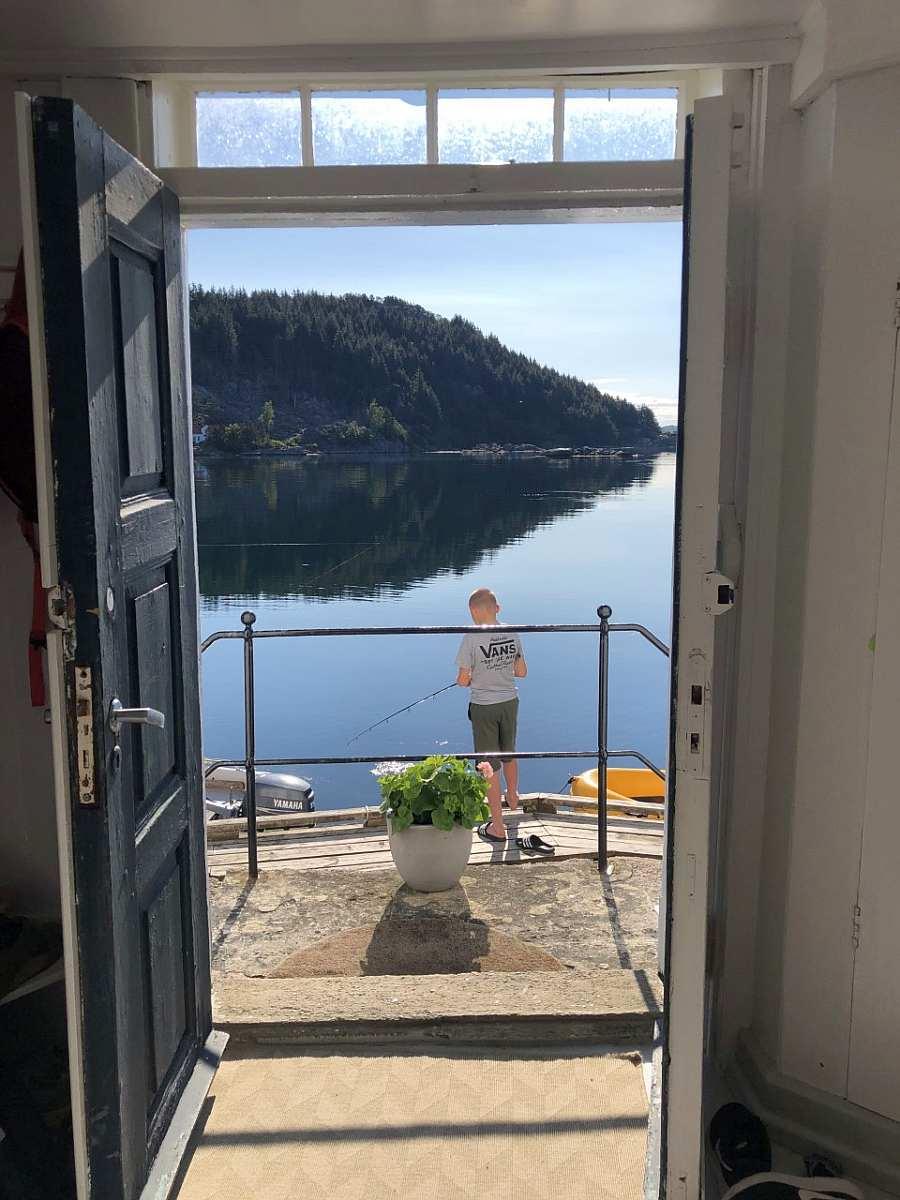 Blick auf den Haus auf den Eikvågfjord