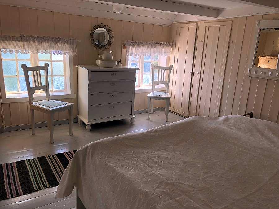 Auch vom Bett aus hat man einen direkten Fjordblick!