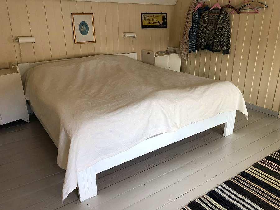 Das >gelbe< Schlafzimmer mit einem Doppelbett