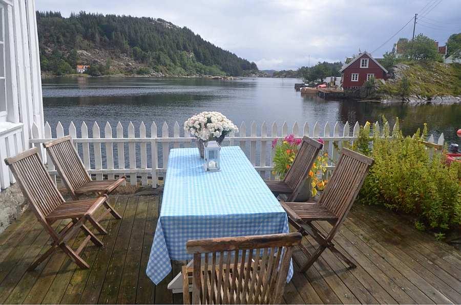 Lässt es sich hier essen?? Der Terrassenbereich mit Esstisch direkt am Fjordufer - ein Gas-Grill steht zur Verfügung