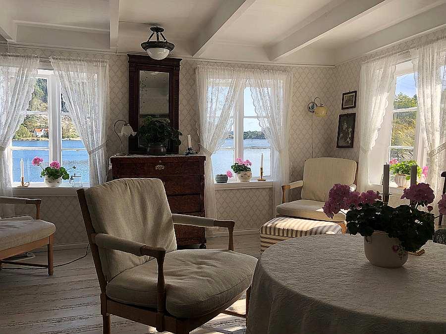 Das Wohnzimmer ist hell und freundlich