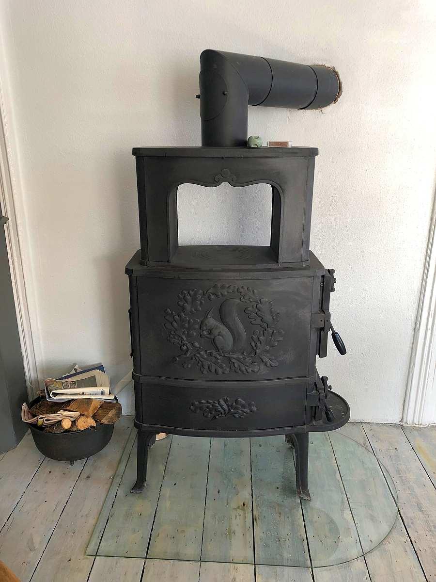Der schafft Behaglichkeit - antiker Holzofen im Wohnzimmer