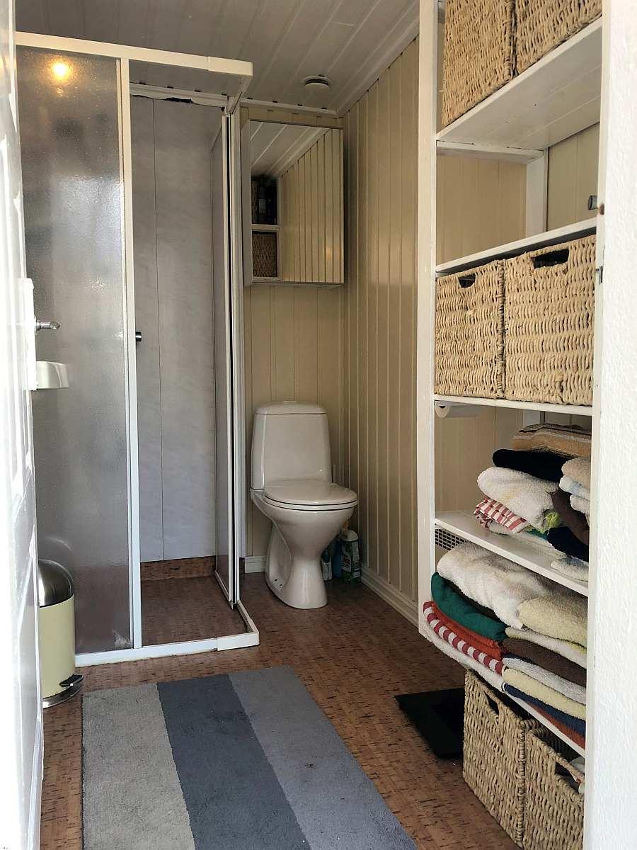 Blick in das Badezimmer - in einem weiteren Raum ist zusätzlich noch eine Waschmaschine vorhanden