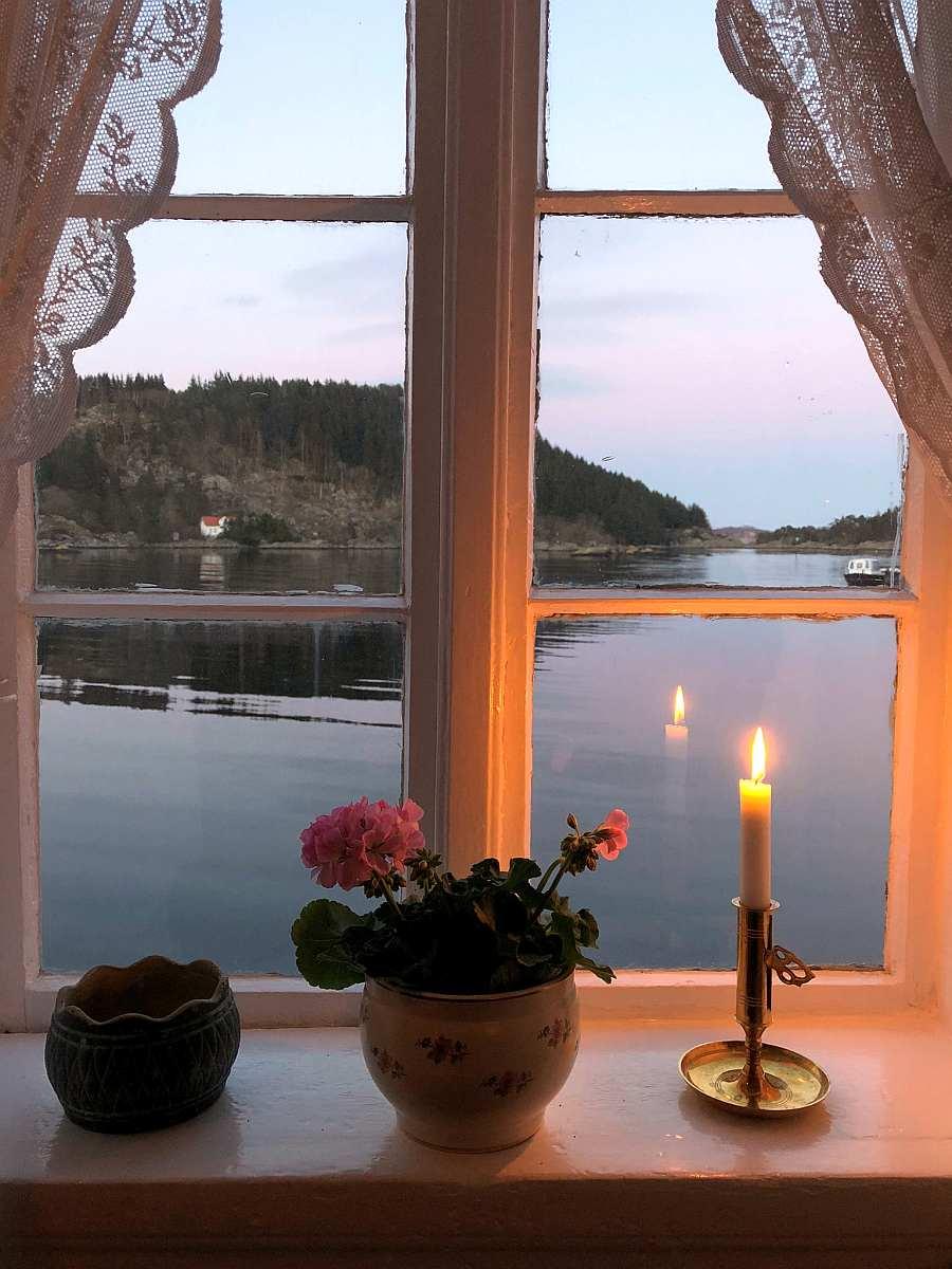 Blick aus dem Wohnzimmerfenster auf den Fjord