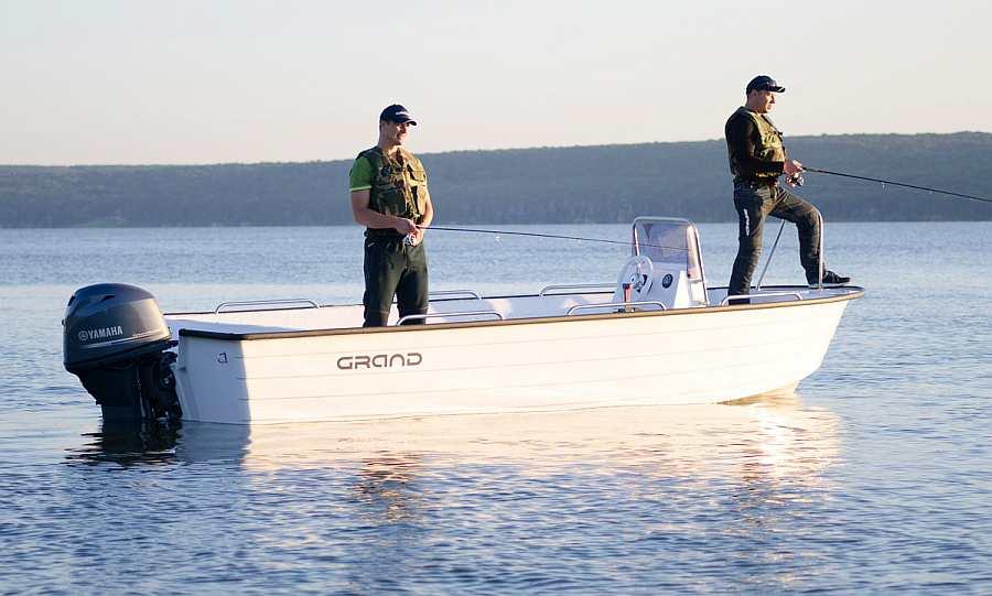 Bereits im Hauspreis enthalten: Angelboot >Grand< 19 Fuß/60 PS, e-Starter, Steuerstand, Windschutz, Echolot, GPS/Kartenplotter