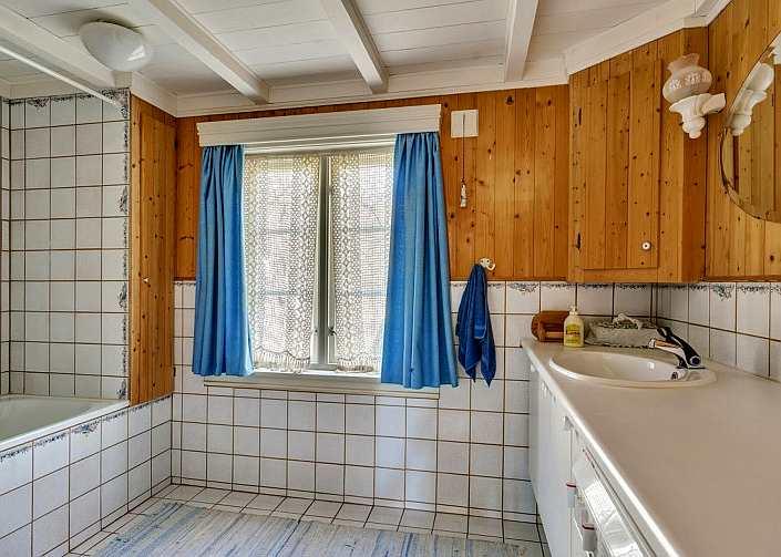 Das erste der zwei separaten Badezimmer - hier mit Badewanne, WC, Waschtisch und Waschmaschine
