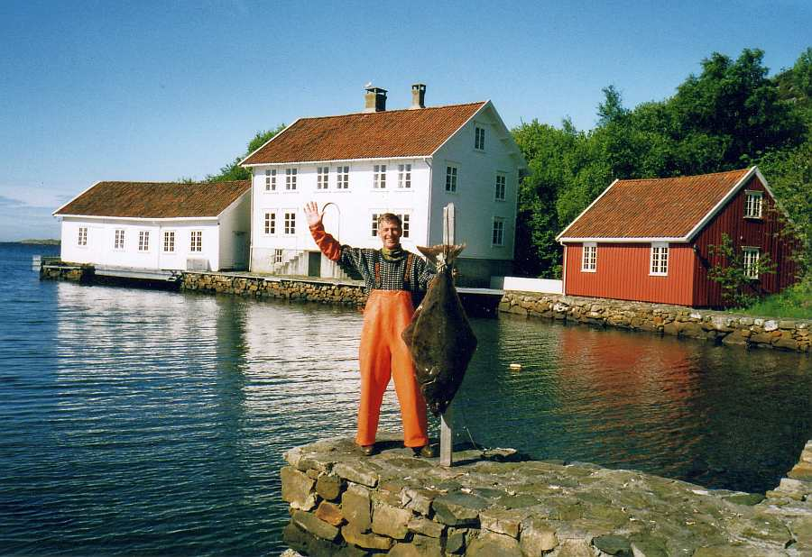 Selbst dieser Plattfisch ist hier möglich - Heilbutt! Der Hausbesitzer Alf-Arian zeigt es > Fotobeweis direkt vor dem Ferienhaus