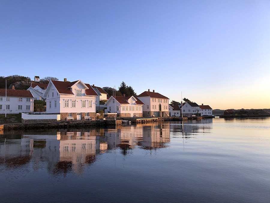 Der historische, kleine Küstenort Ort >Loshavn>. Das Ferienhaus >Fjeldet< liegt hier in unmittelbarer Nähe in einer kleinen Bucht von hier aus kann man in max. 2 Minuten Bootsfahrt auf das offene Meer gelangen oder bei rauherem Wetter hier innerhalb der endlosen, geschützten Inselkette bleiben