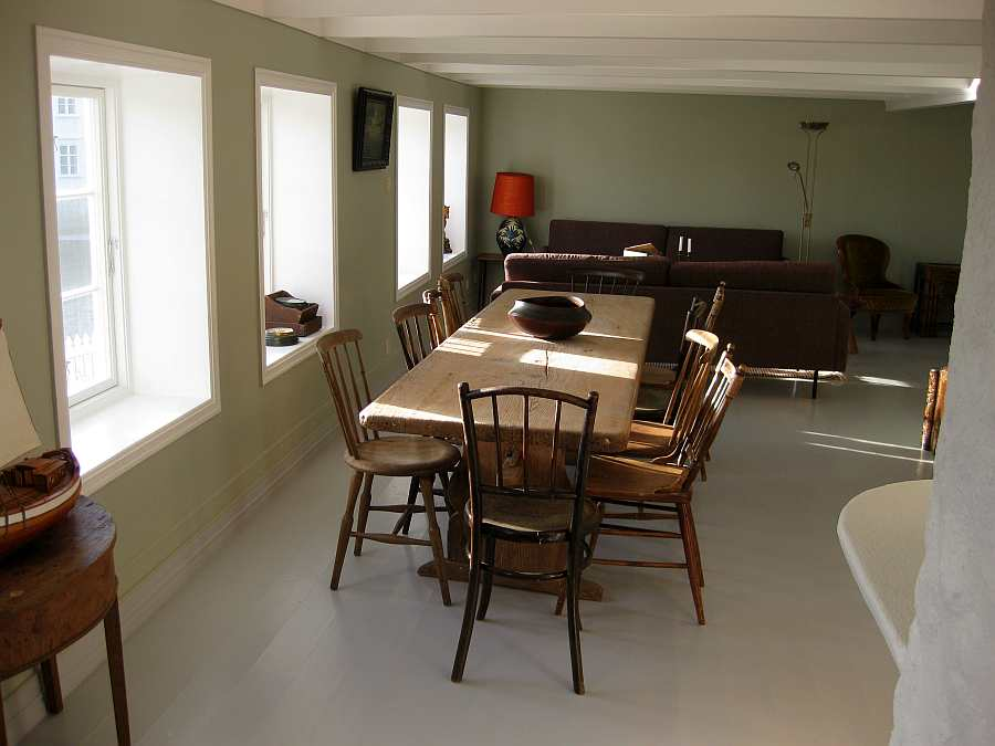Blick in den Wohnbereich des Ferienhauses mit Sitzecke und Esstisch