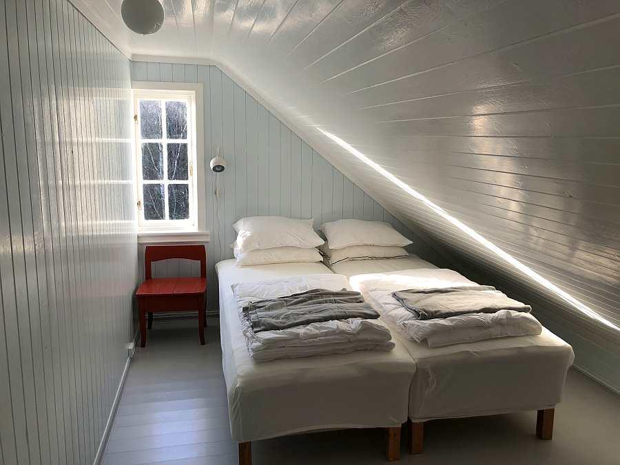 Ein weiteres der drei Schlafzimmer mit zwei Einzelbetten