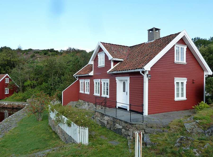 Ferienhaus >Fjeldet< liegt innerhalb der geschützten Schären vor dem Ort Farsund