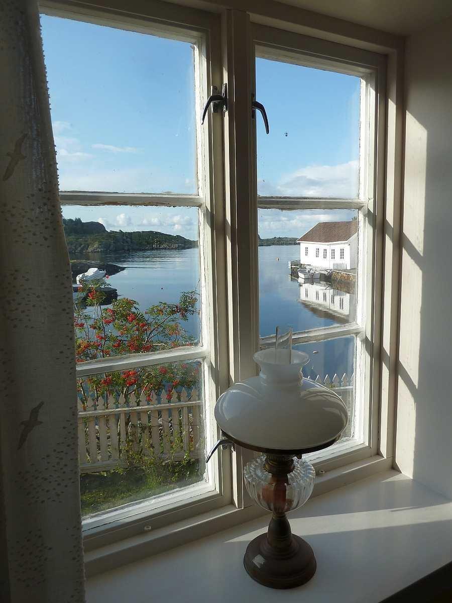 Blick aus dem Wohnzimmer im Erdgeschoß auf die Bucht