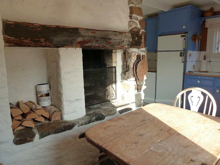 Der offene Kamin in der Wohnküche schafft Behaglichkeit