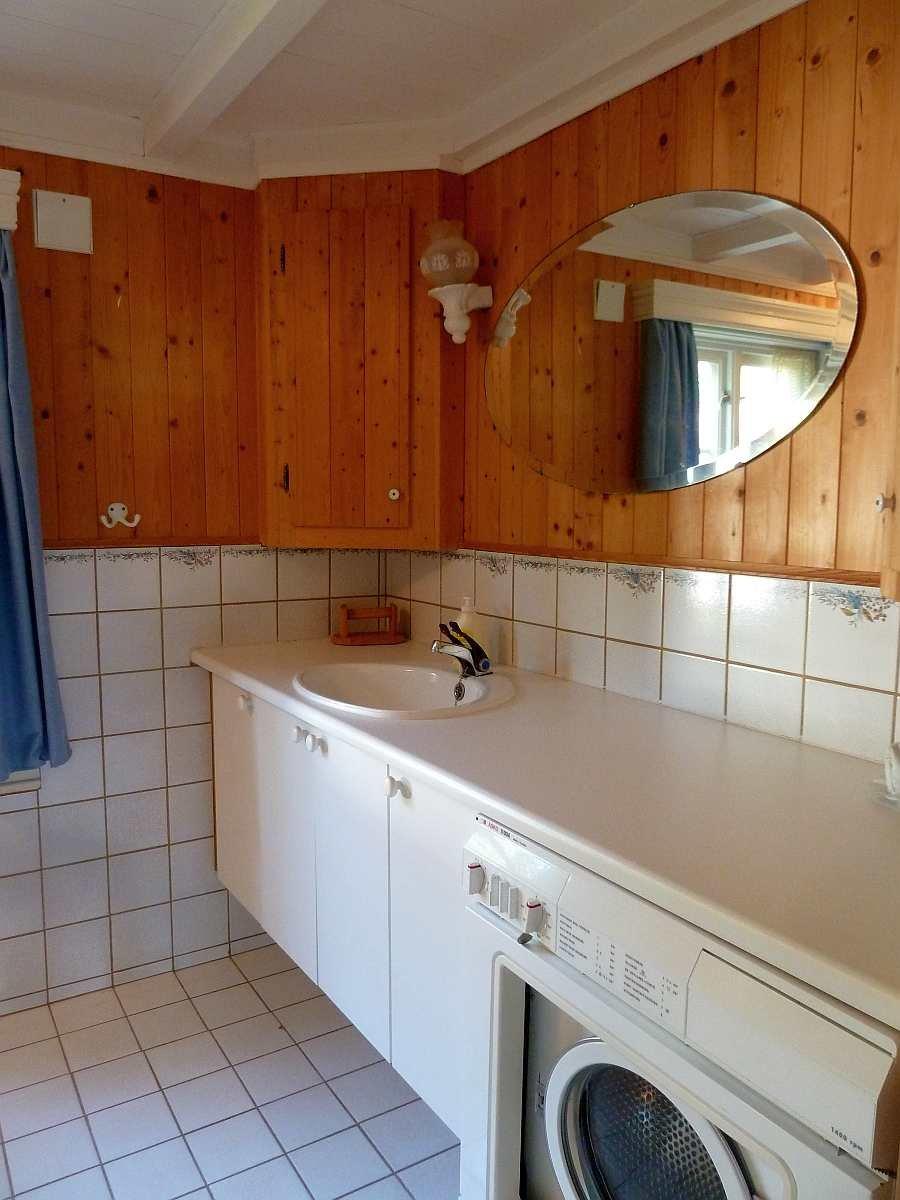 Der Waschtisch und die Waschmaschine im Badezimmer