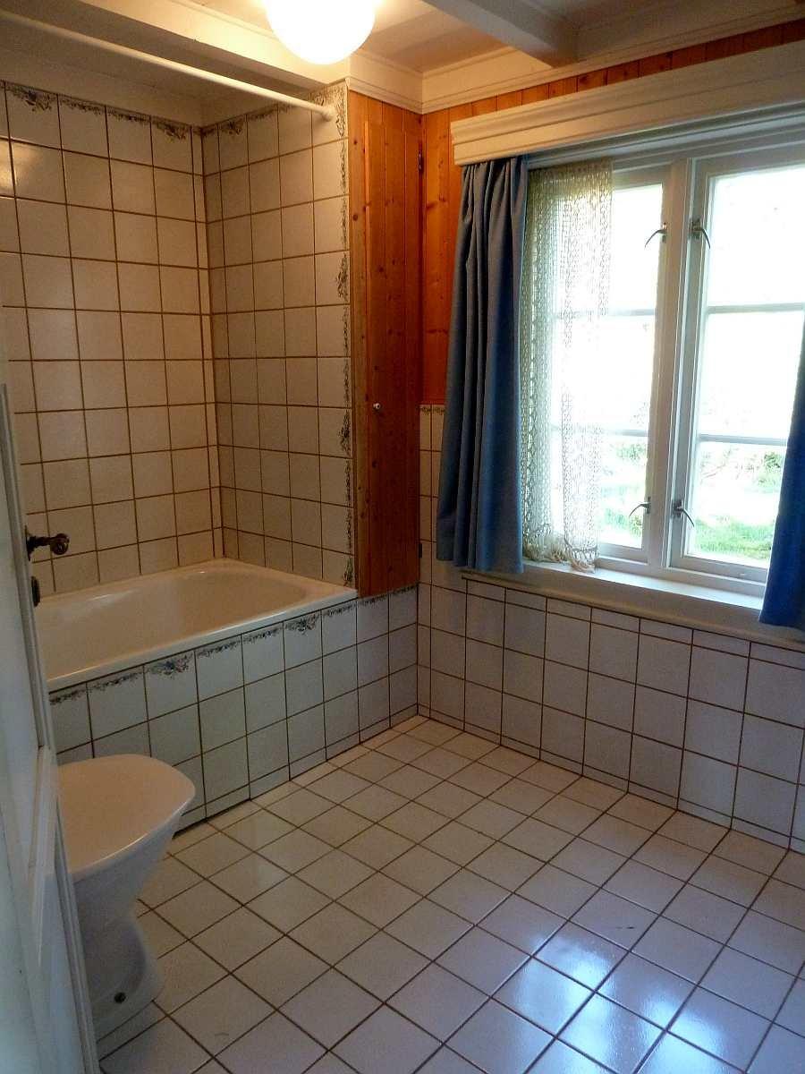 Die Badewanne und das WC im ersten Bad