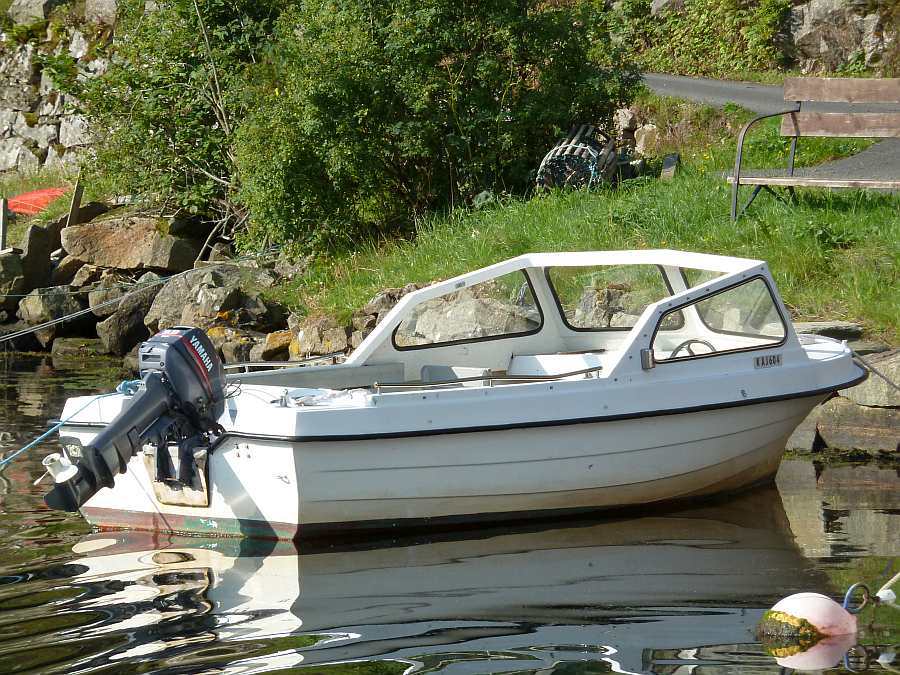 Das optional zusätzlich buchbare Boot >Rana< 17 Fuß/9,9 PS, Steuerstand, Windschutz