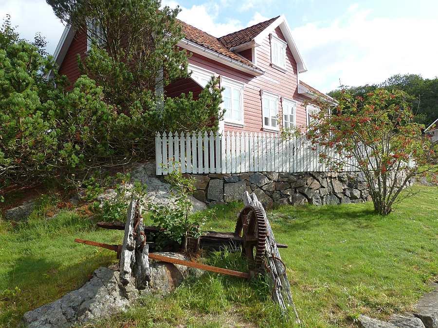 Das historische Haus wurde 1798 erbaut. Einige Details auf dem Grundstück erinnen noch an diese Zeit