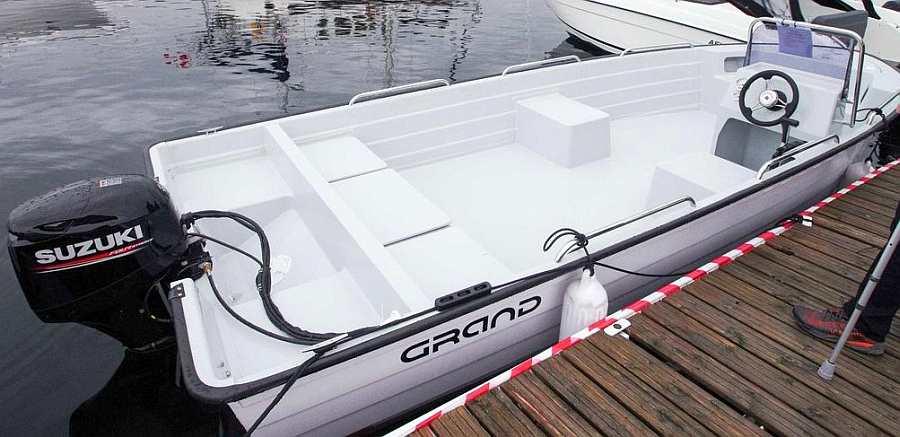 Auf dem besonders breiten Angelboot >Grand< findet sich sehr viel Platz. Durch seine Breite liegt das Boot perfekt im Wasser
