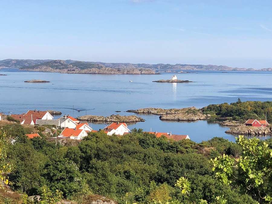 Blick auf den kleinen, malerischen Ort >Loshavn< - hier ungefähr in Höhe des rechten Bildrands liegt das Ferienhaus >Fjeldet<.  Im Hintergrund sieht man den bekannten Leuchtturm Katland