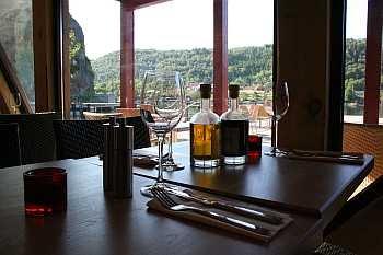 Das Restaurant bietet Speisen und Getränke für den anspruchsvollen Gast