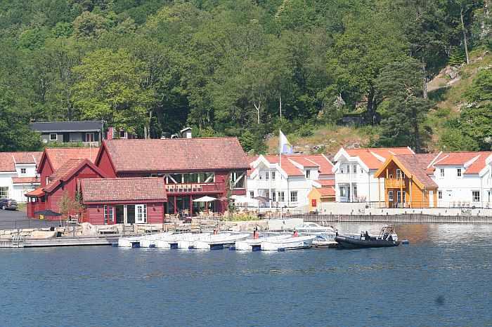 Das schwarze Rettungsboot vor dem Filetierhaus und dem Restaurant
