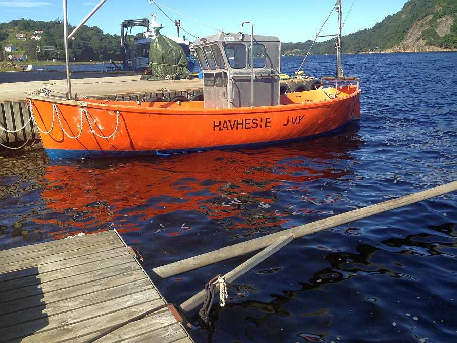 Das große Dieselboot am eigen Bootssteg