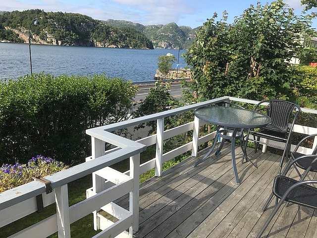Blick von der Veranda auf den Fjord nach Westen