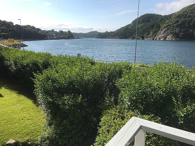 Blick vom Haus auf den Fjord nach Osten