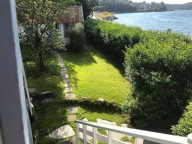 Blick von der Veranda in den eigenen Garten