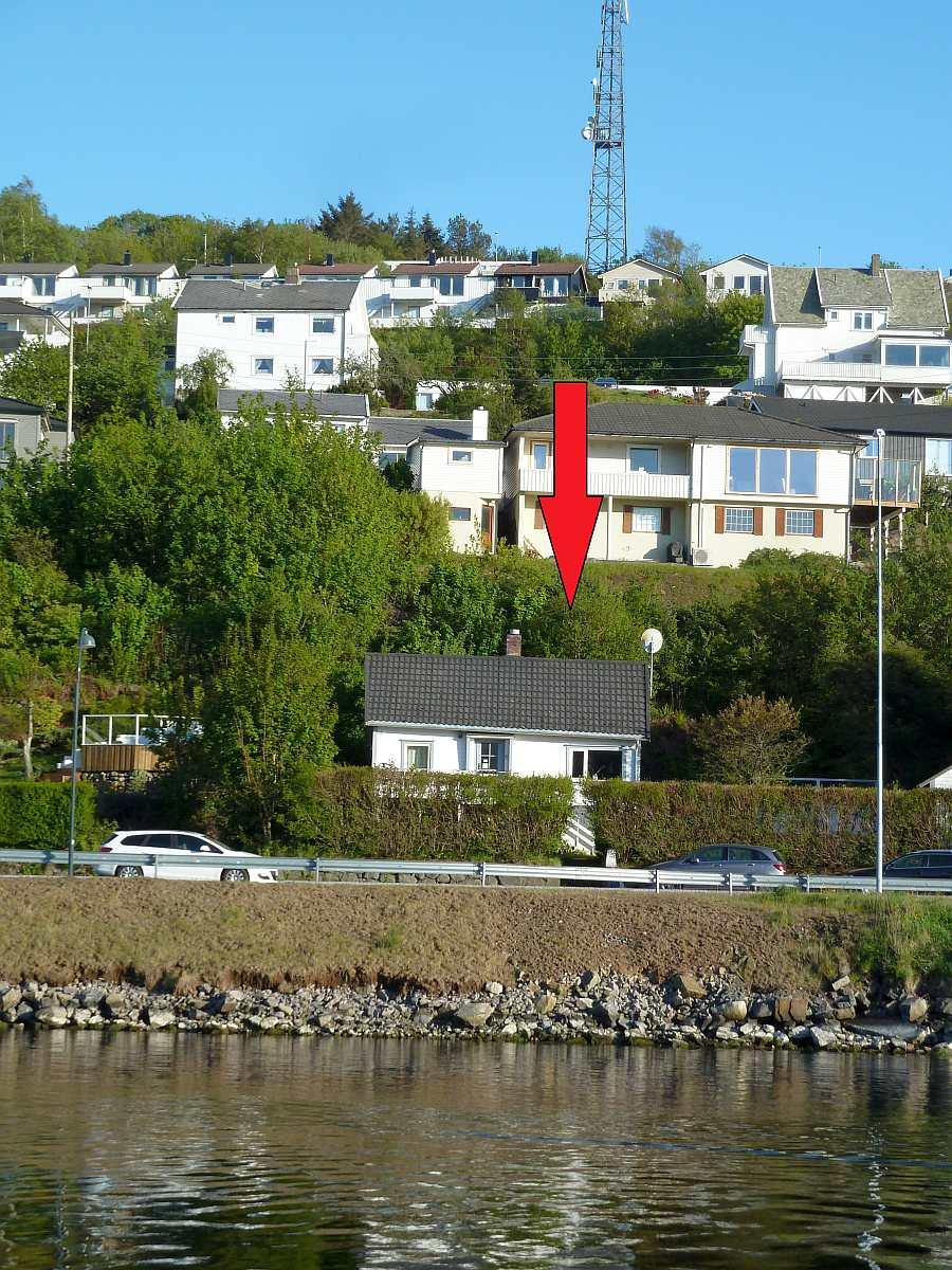 Ferienhaus Kletten. Lage am Rand des kleinen Ortes Farsund direkt am Fjord
