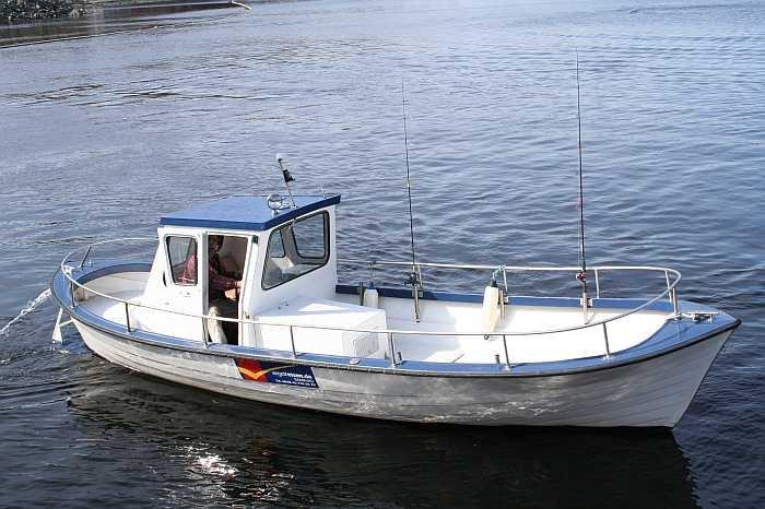 Bereits im Hauspreis enthalten - das perfekte Angelboot - Dieselboot Naviga 26 Fuß mit 85 PS Innenbordmotor, Kajüte, E-Starter, Steuerstand, Farb-Echolot und GPS/Kartenplotter, Rutenhalter