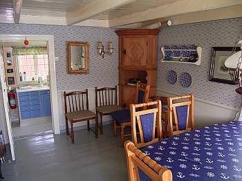 Das Esszimmer mit dem großen Tisch