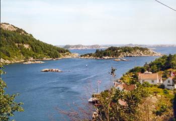 Der Blick auf die Eikvåg Bucht. Haus Malakka liegt rechts am Wasser (bei der Fahne)
