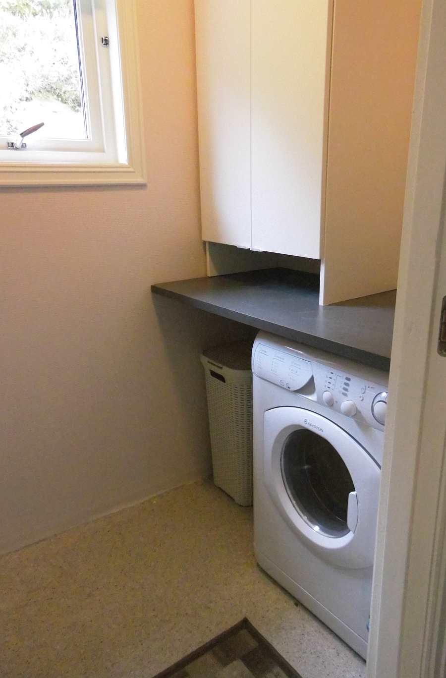 Separater Waschraum mit Waschmaschine/Trockner und Spüle vorhanden