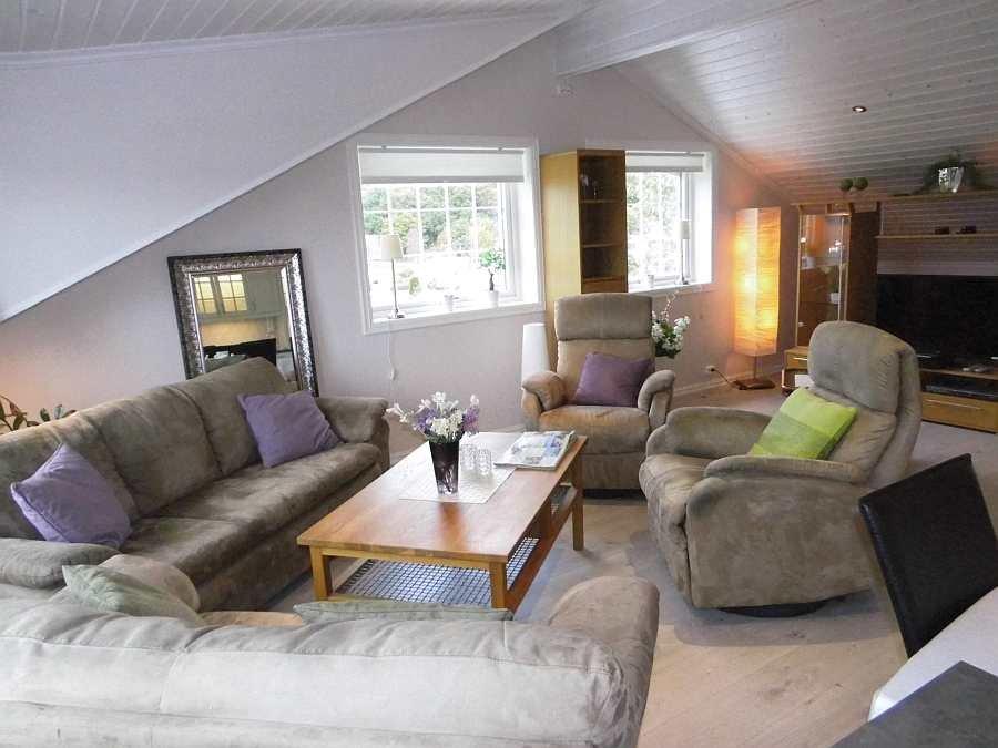 Das Wohnzimmer bietet ausreichend Platz für alle Personen