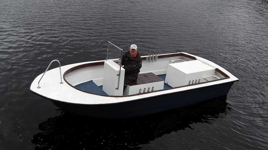Das sehr schnelle Diesel-Boot ist über 2,40 Meter breit und zeigt auch bei einseitiger Belastung kaum Schräglage!