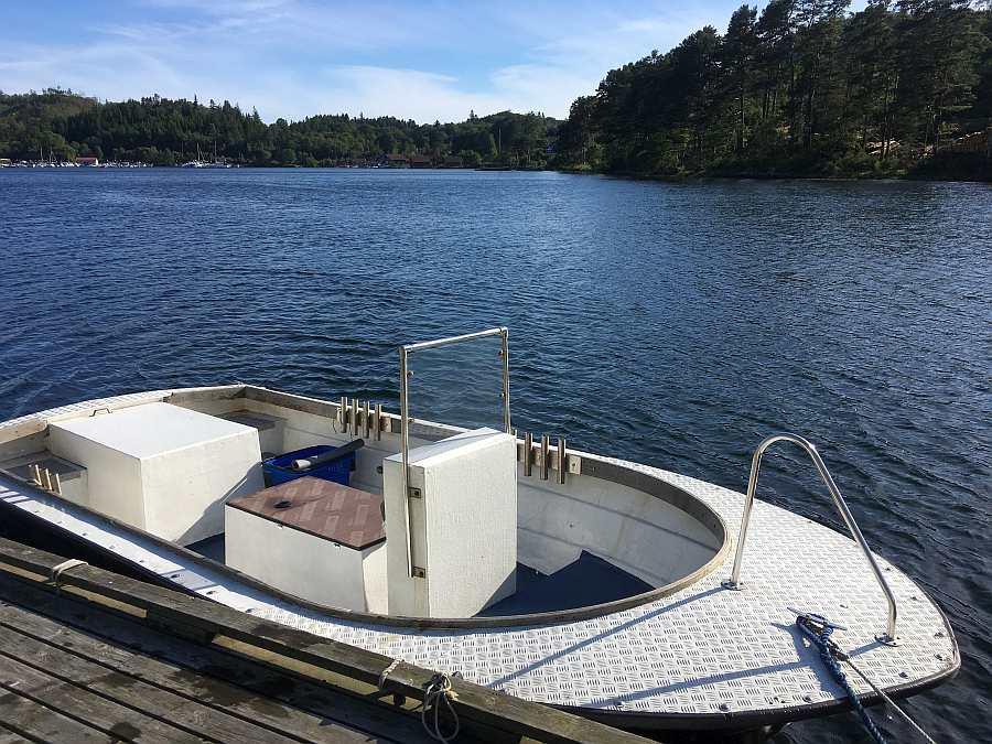 Das Boot liegt am eigenen Steg vor dem Haus
