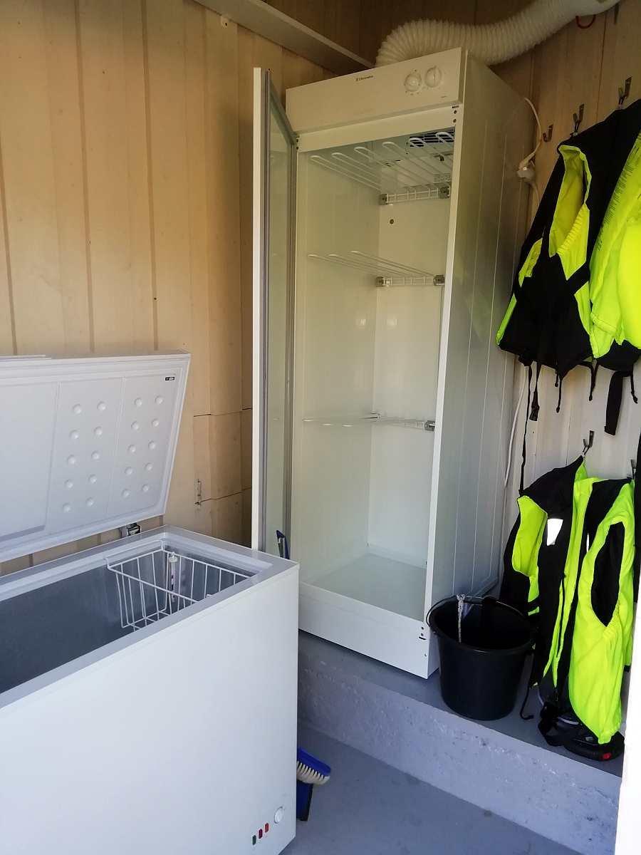 Im Schuppen befindet sich eine Gefriertruhe, ein zweiter Kühlschrank mit Gefrierteil und ein Trockenschrank für nasse Kleidung/Schuhe. Hier finden Sie auch eine Auswahl an Schwimmwesten.